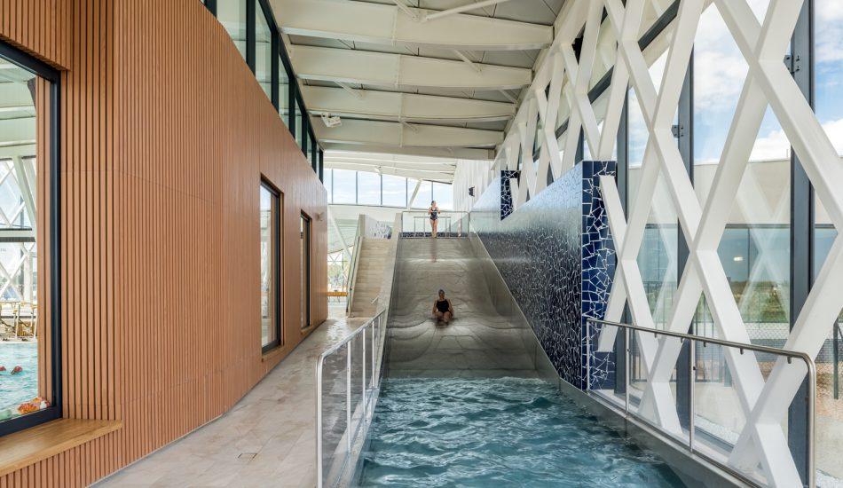 laudescher realisation piscine saint gilles croix de vie plafond habillage mural bois